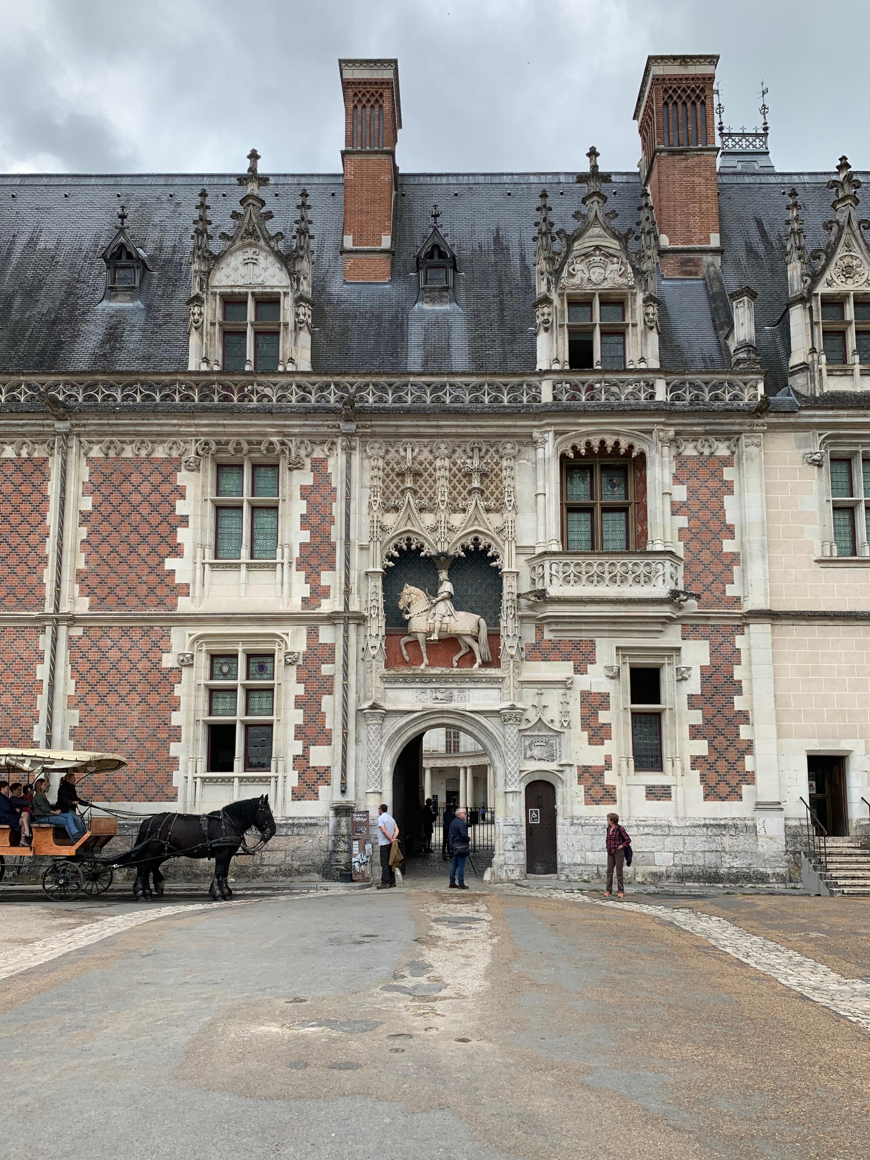 Blois, Residenz der Könige weißes und schwarze Pferde