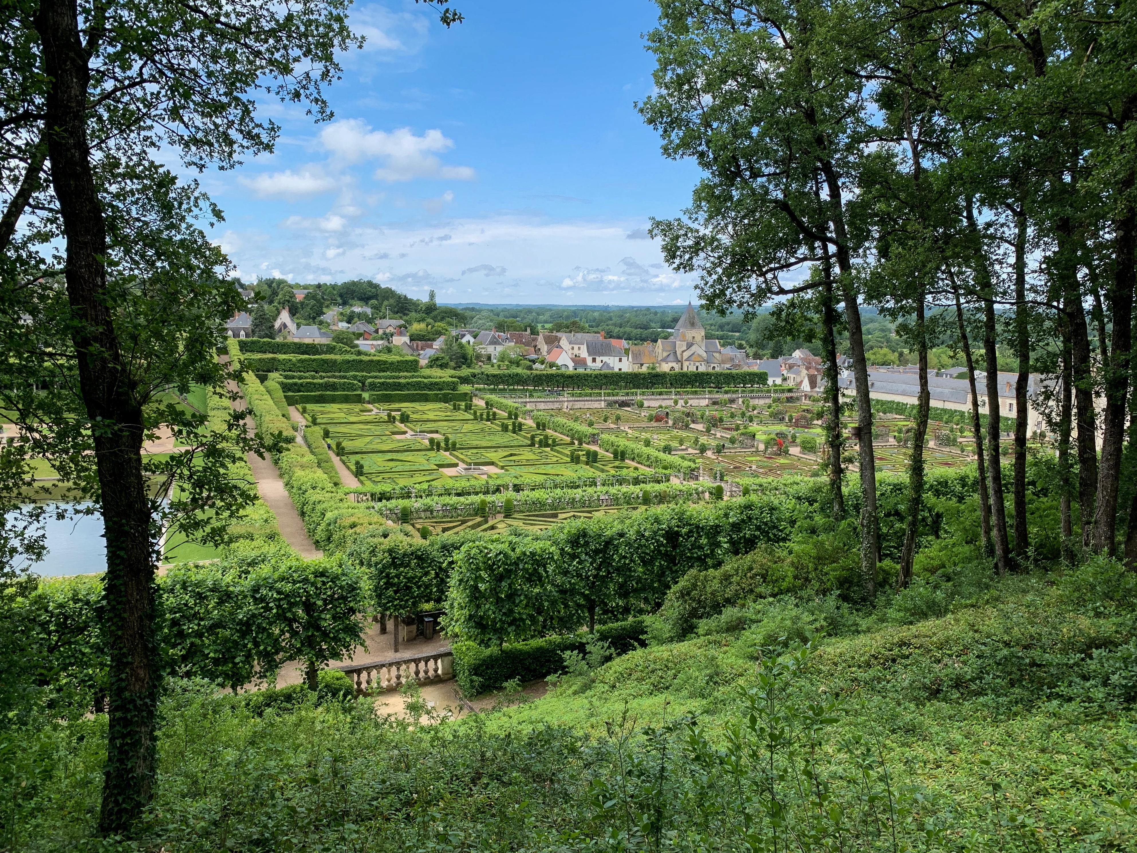 Villandry, eine Art Paradies für Gartenfreunde gesehen vom Waldhang