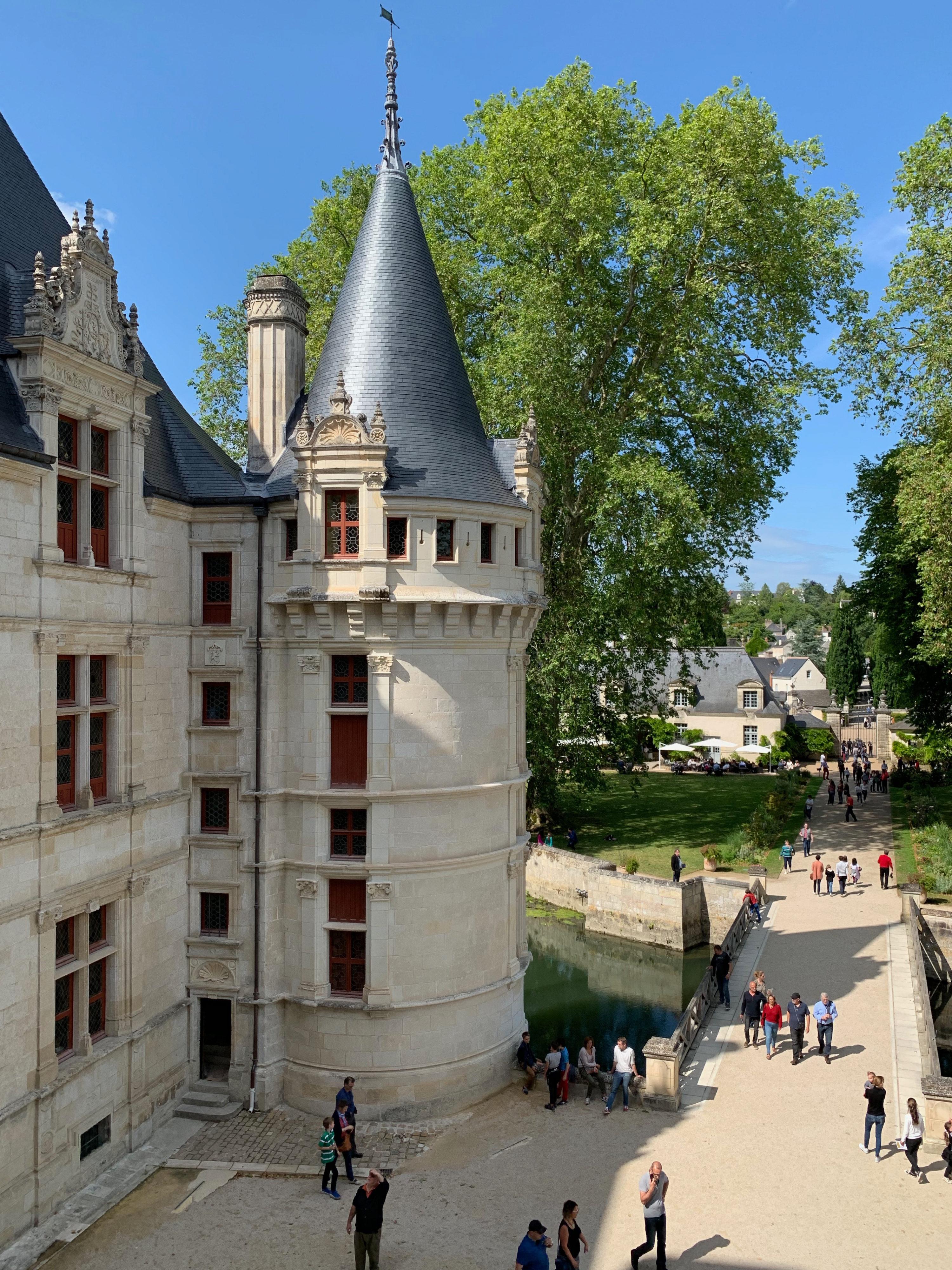 Azay-le-Rideau, das vom Indre umflossene Renaissance-Schloss Eckturm