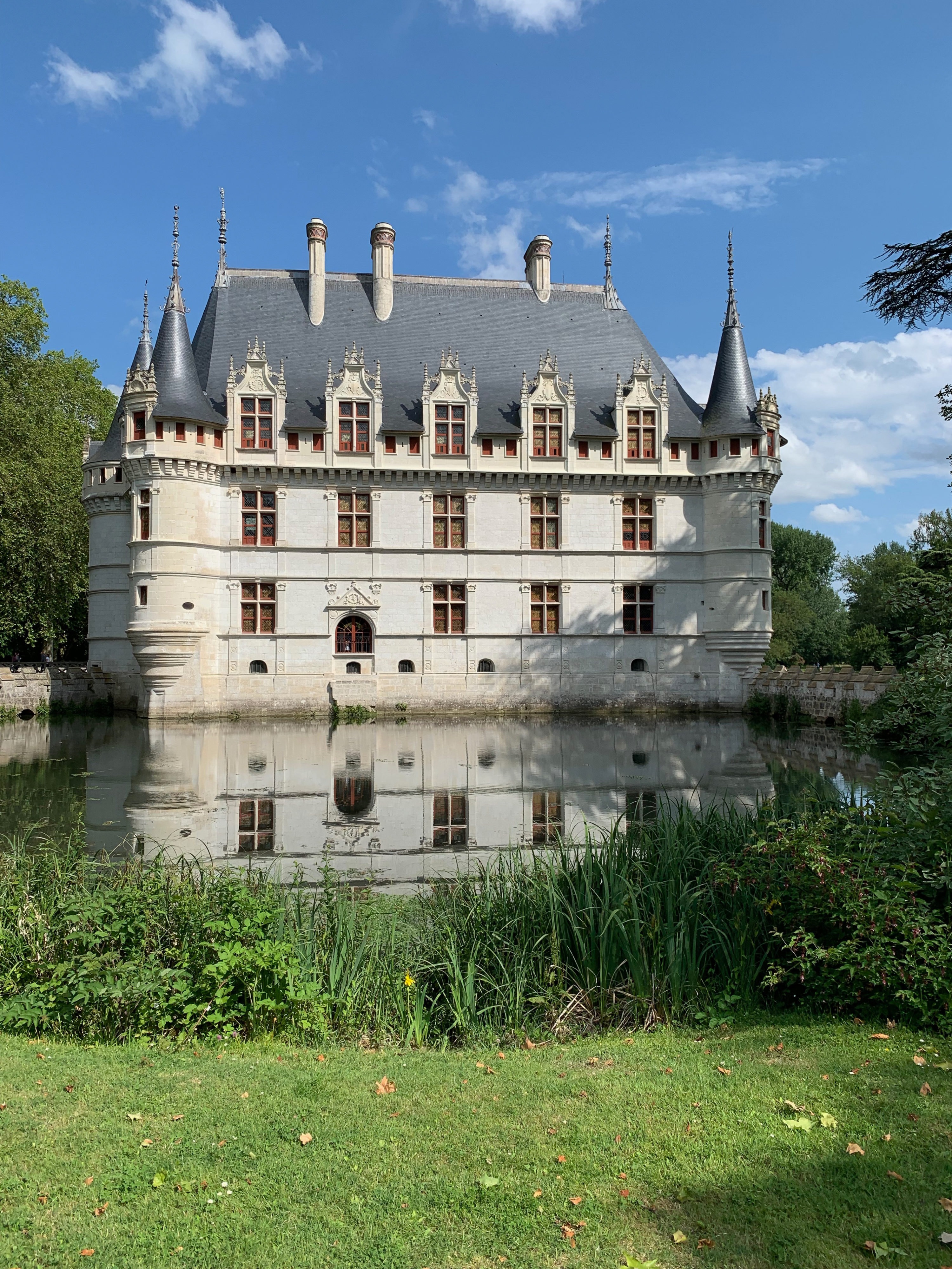 Azay-le-Rideau, das vom Indre umflossene Renaissance-Schloss Nebenfront