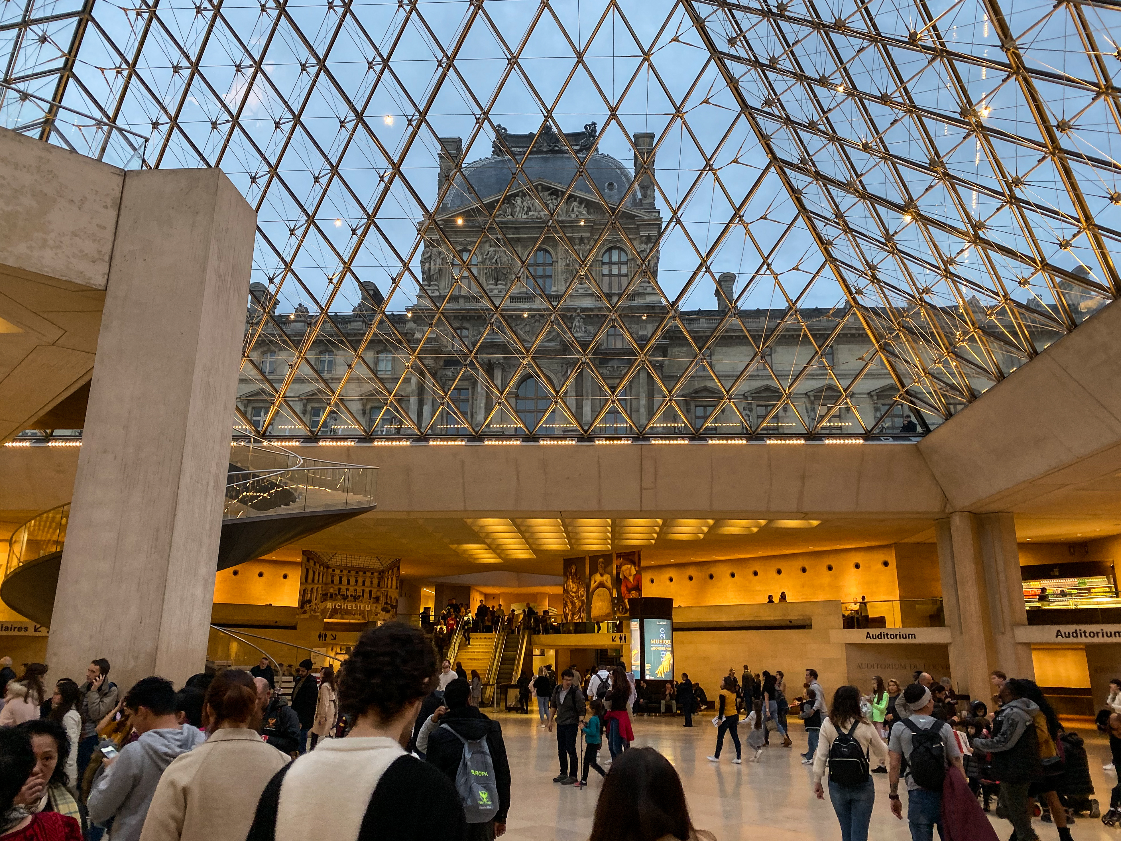 Louvre Foyer Blick zur Pyramide