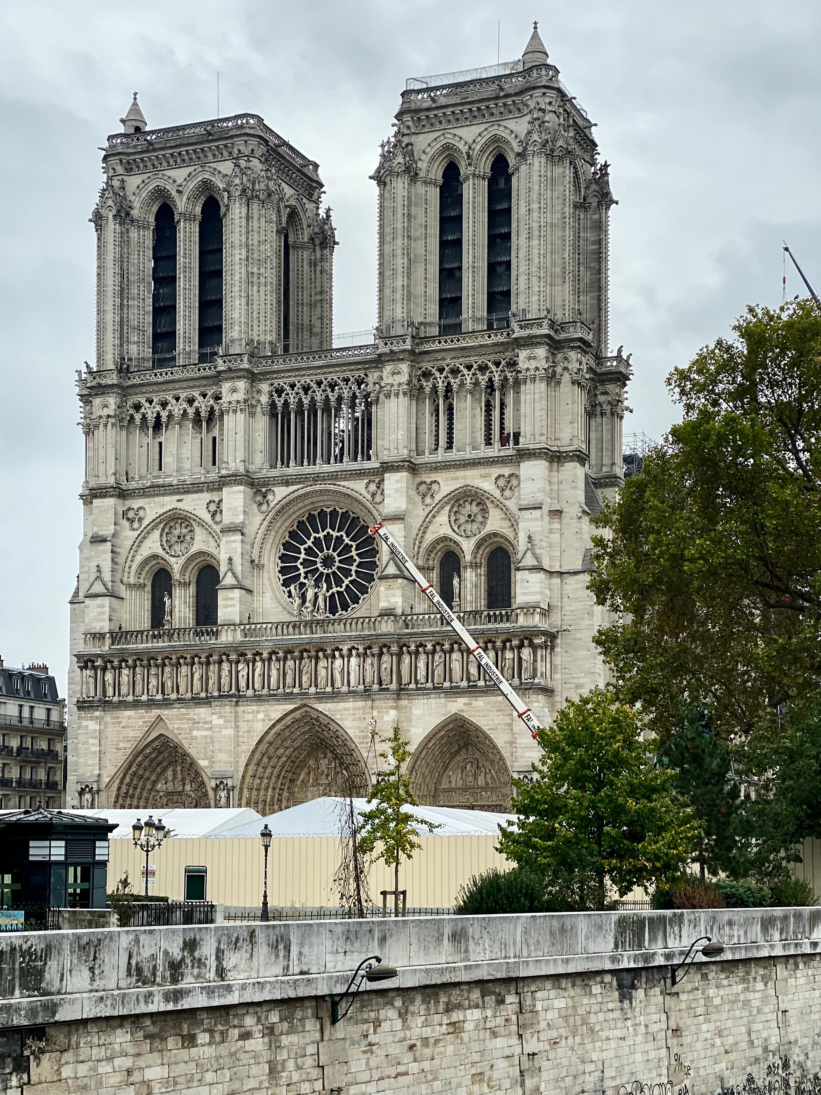 Notre-Dame im Koma – die Turmfront scheinbar unversehrt