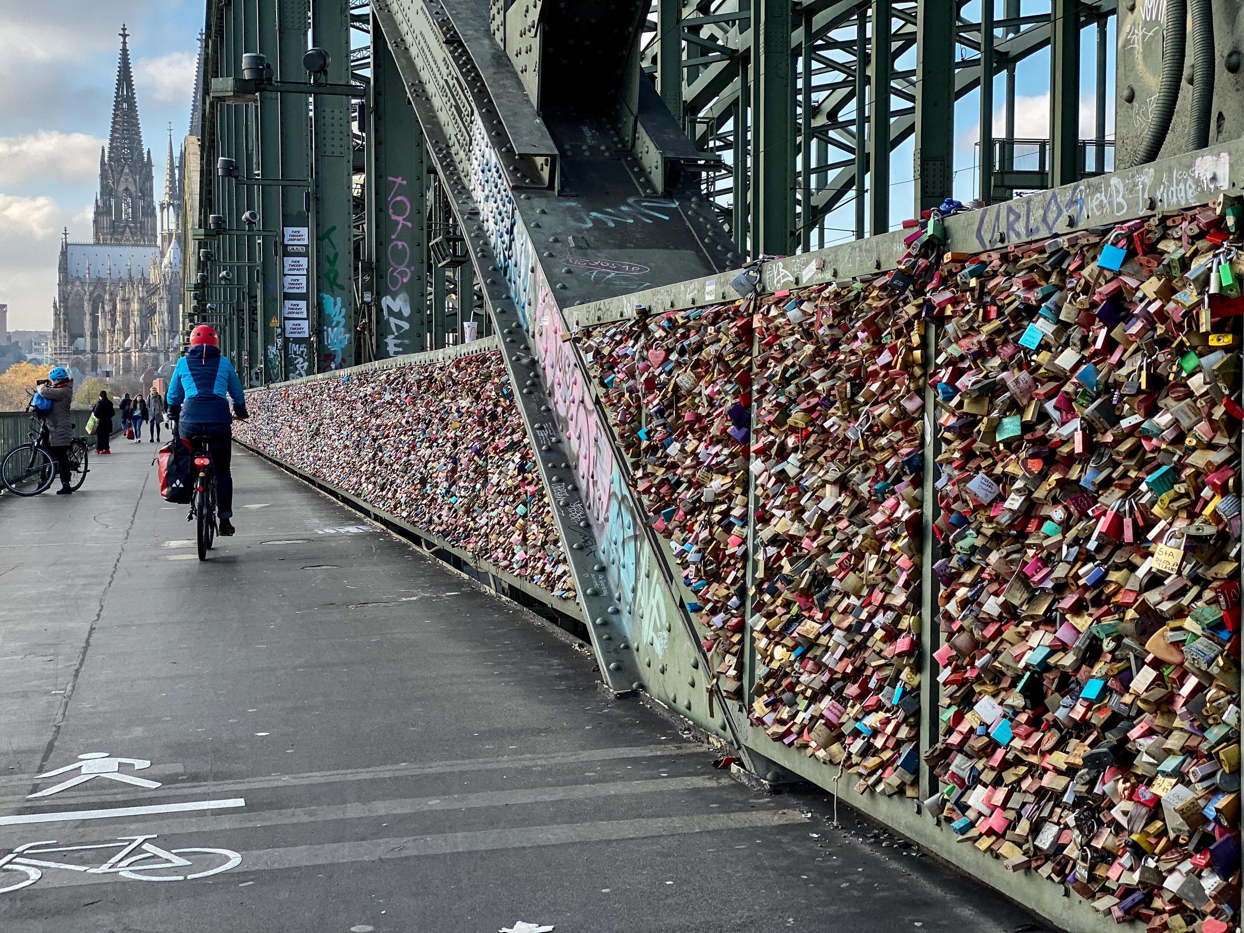 Schlösserromantik in Köln am Rhein Brücke mit Schlösserwand