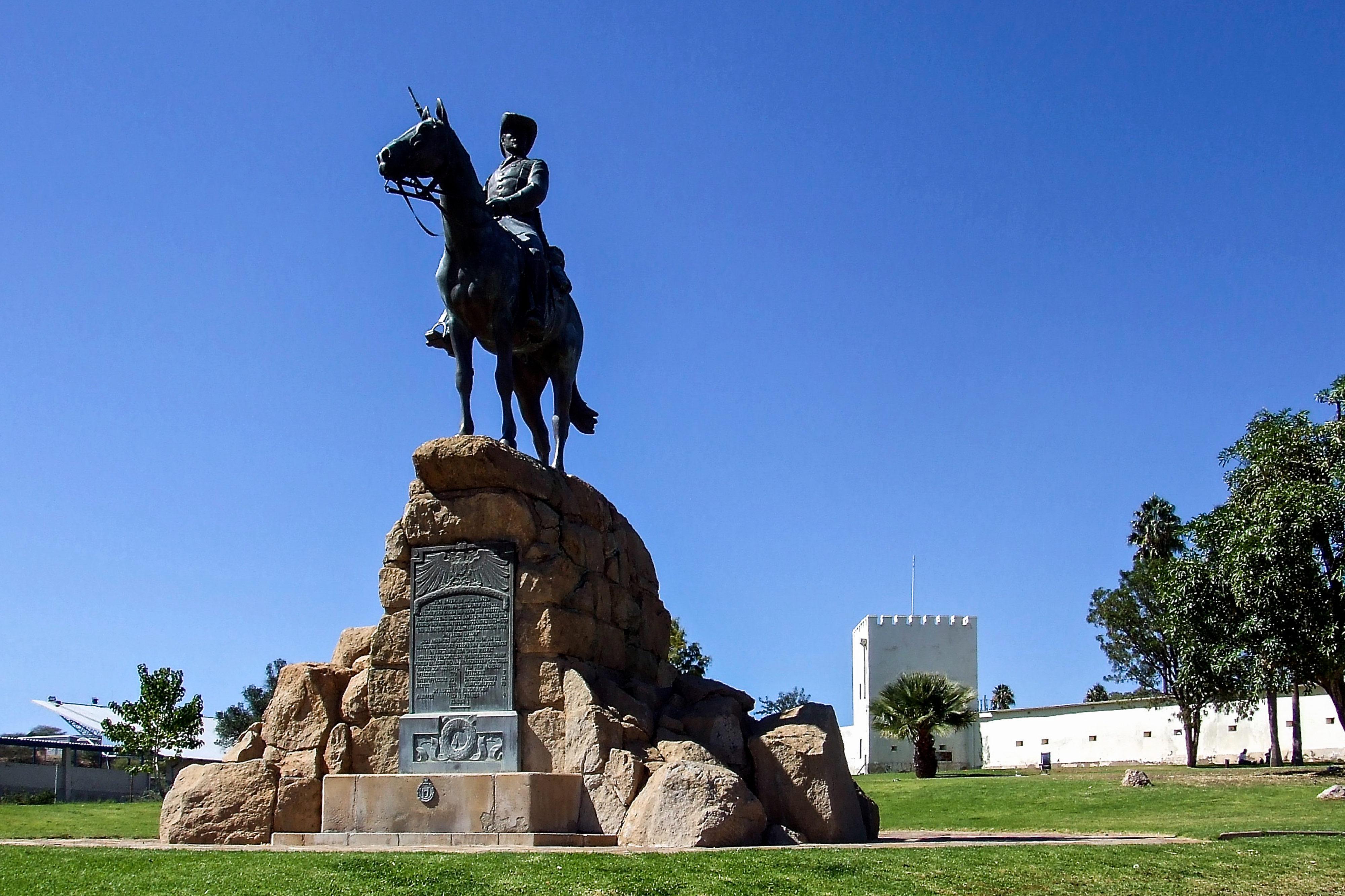Zerstörung von Denkmalen – Versetzung des Reiterdenkmals Windhoek