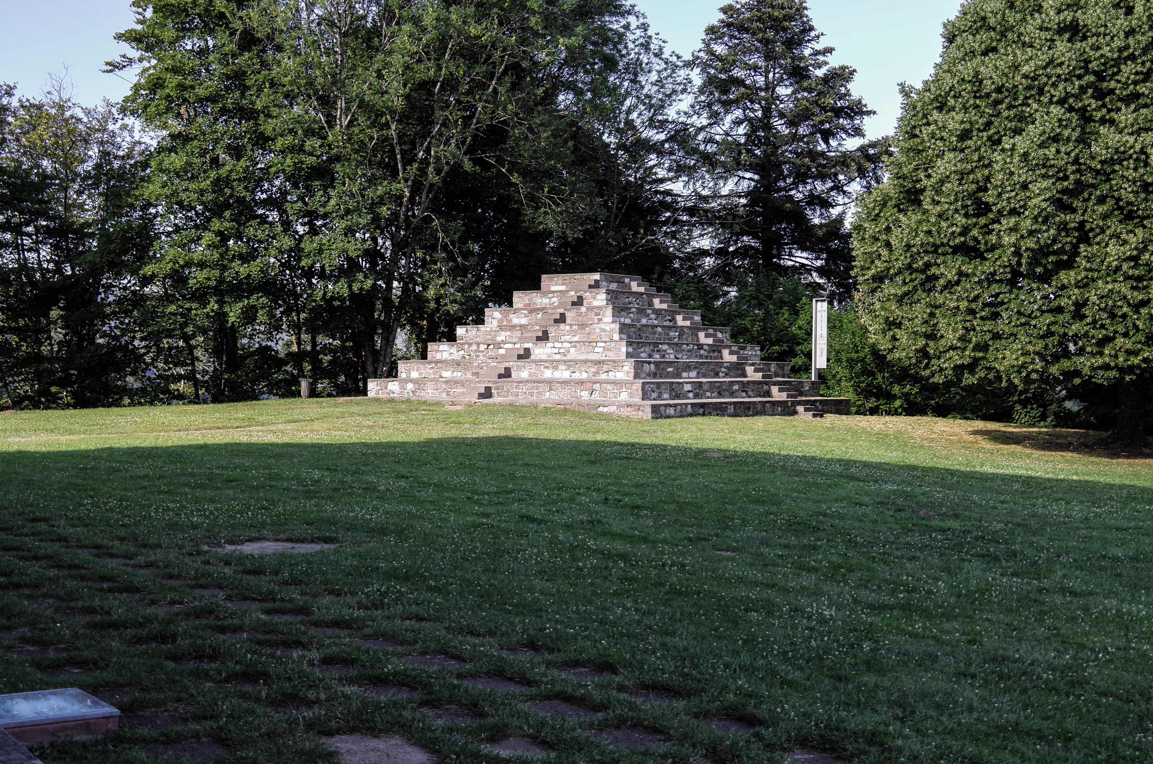 Ronchamp Stufenpyramide als Gedenkstätte