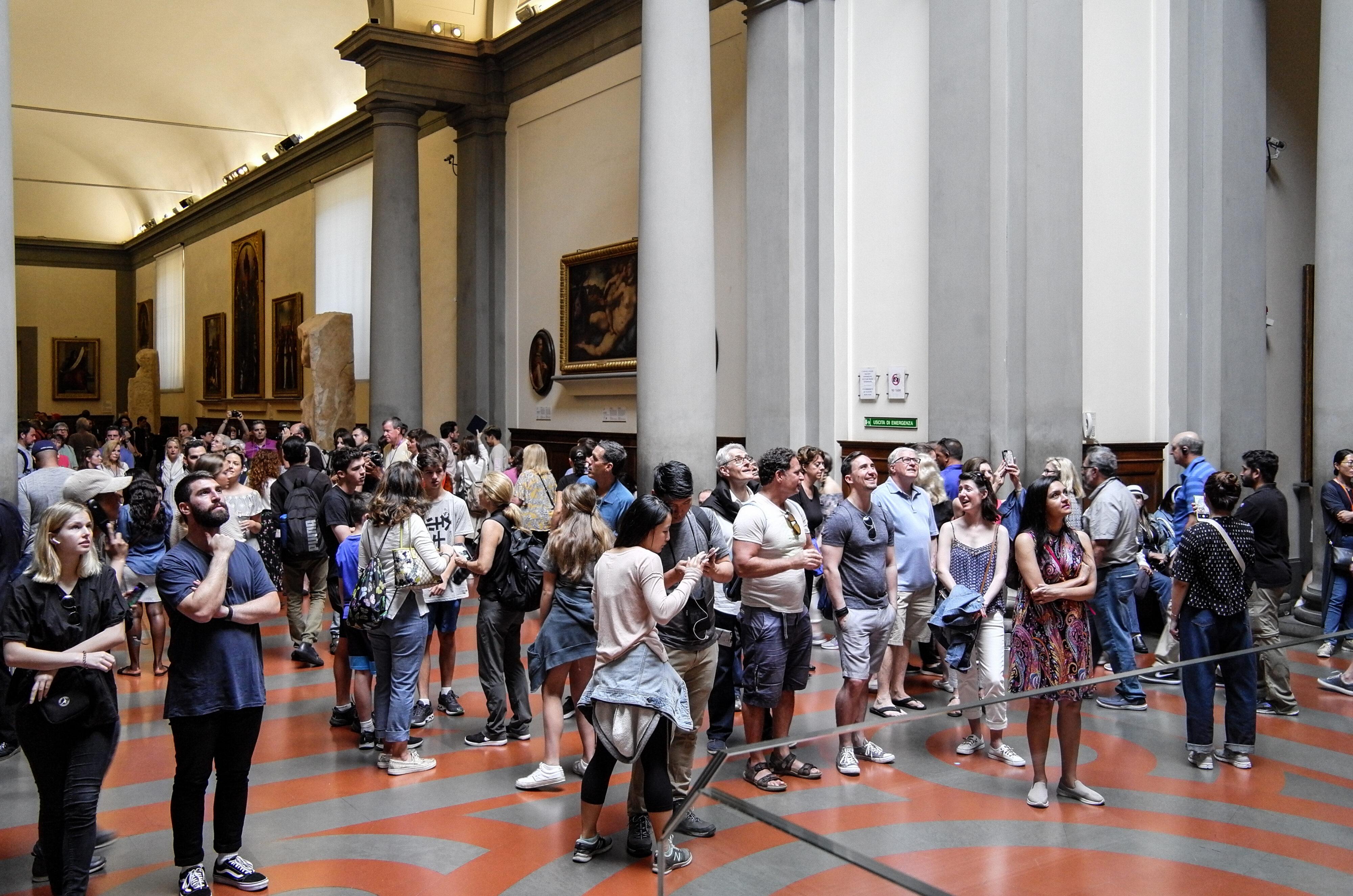 Besucher der Accademia vor Michelangelos David