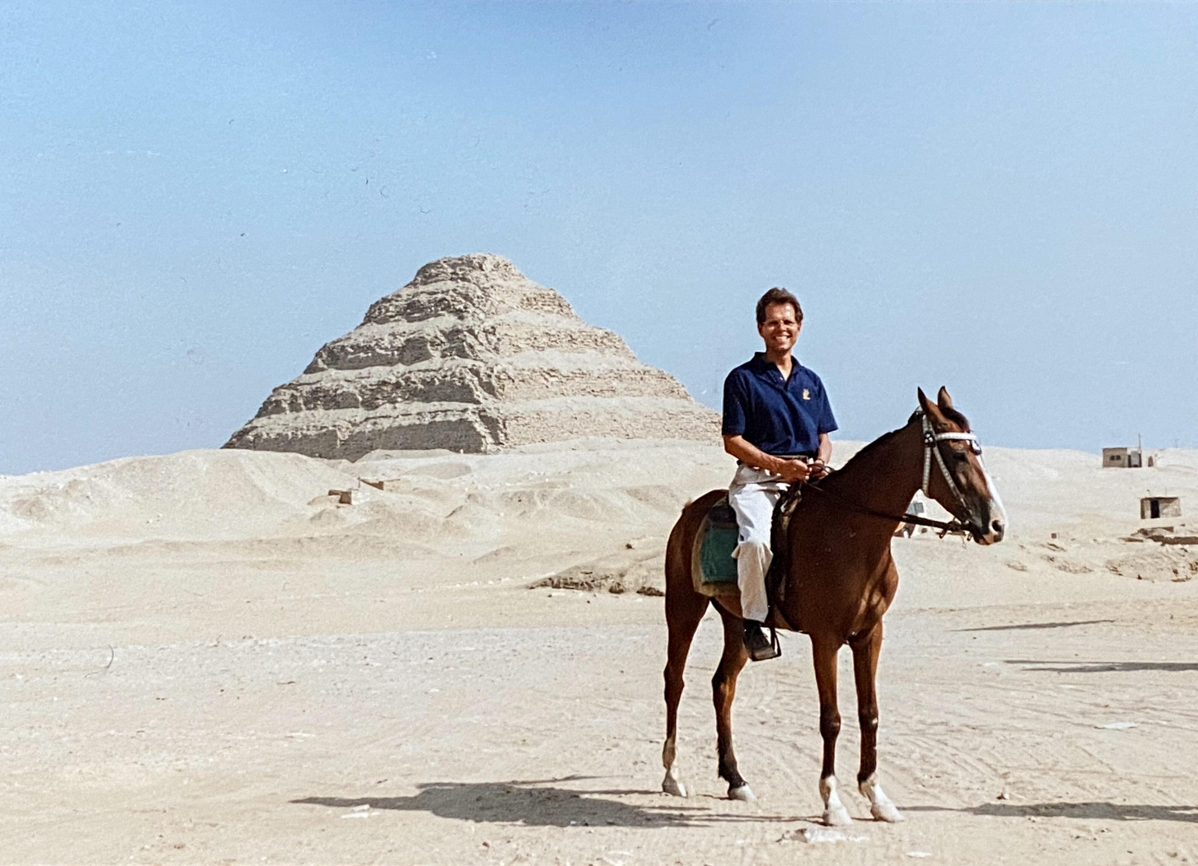Christian von Holst als Reiter 1991 vor der Stufenpyramide von Sakkara