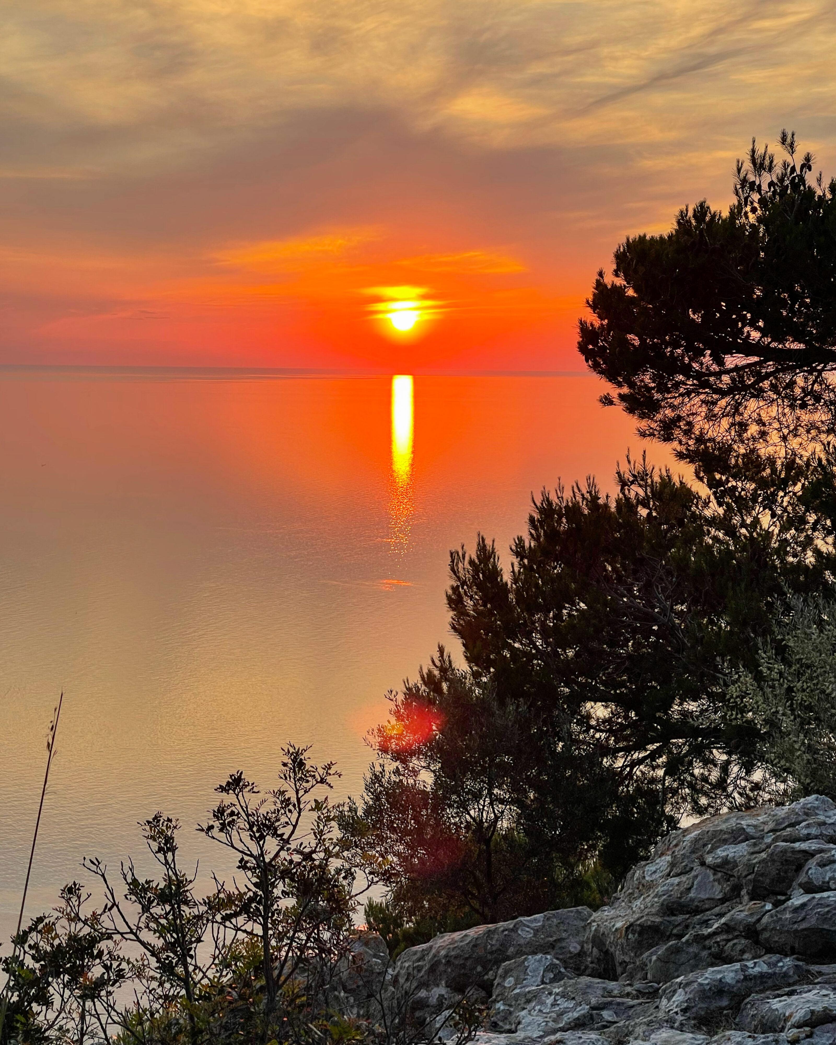 Die unglaubliche Farbintensität läßt sich in der Abendstunde ruhig betrachten. Darf man das nicht wirklich so benennen: Einzigartiger Sonnenuntergang bei Valldemossa.