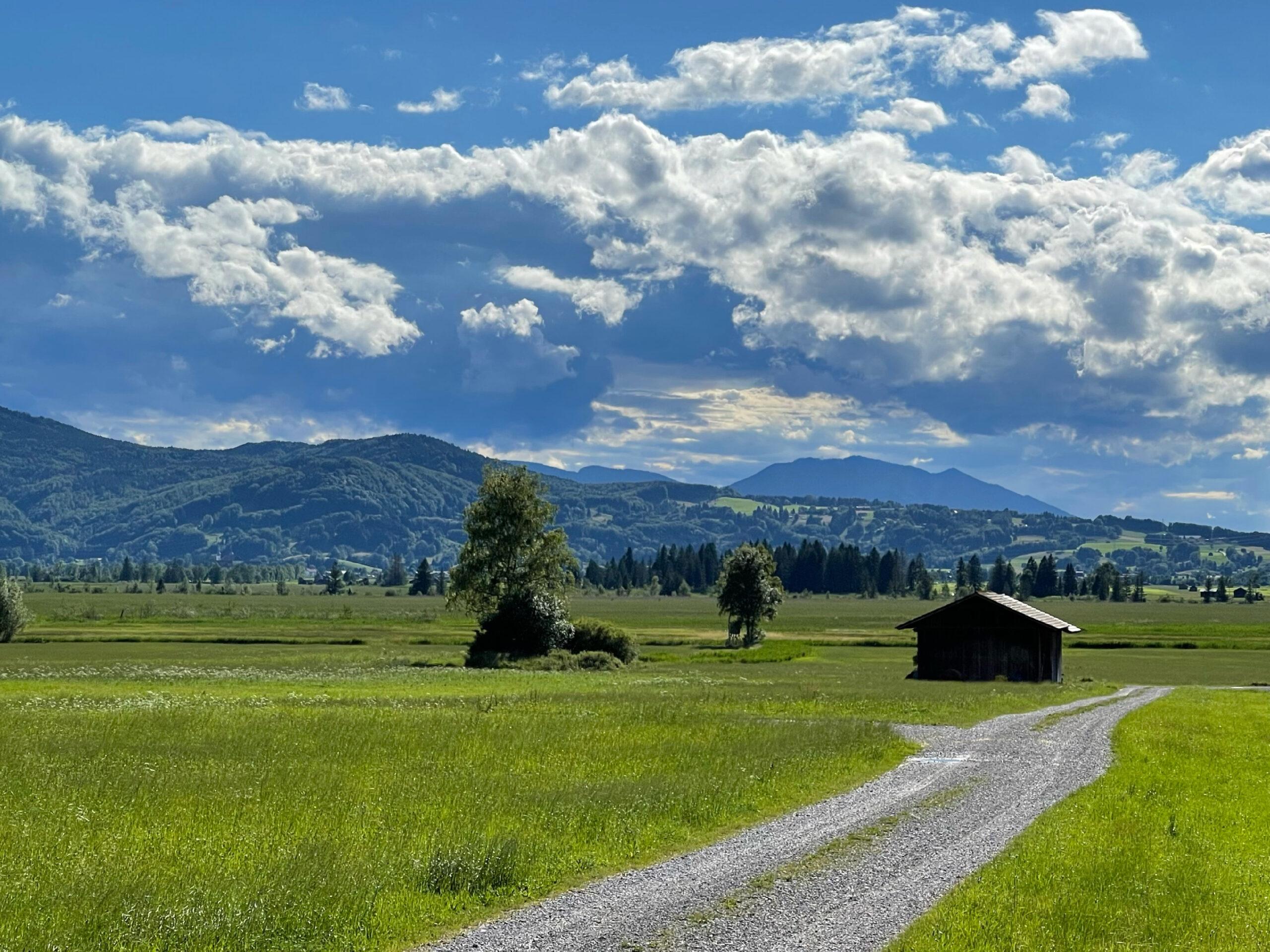 Wolkenleben undLandschaften beiKochel am See, in der Ferne Glentleiten.