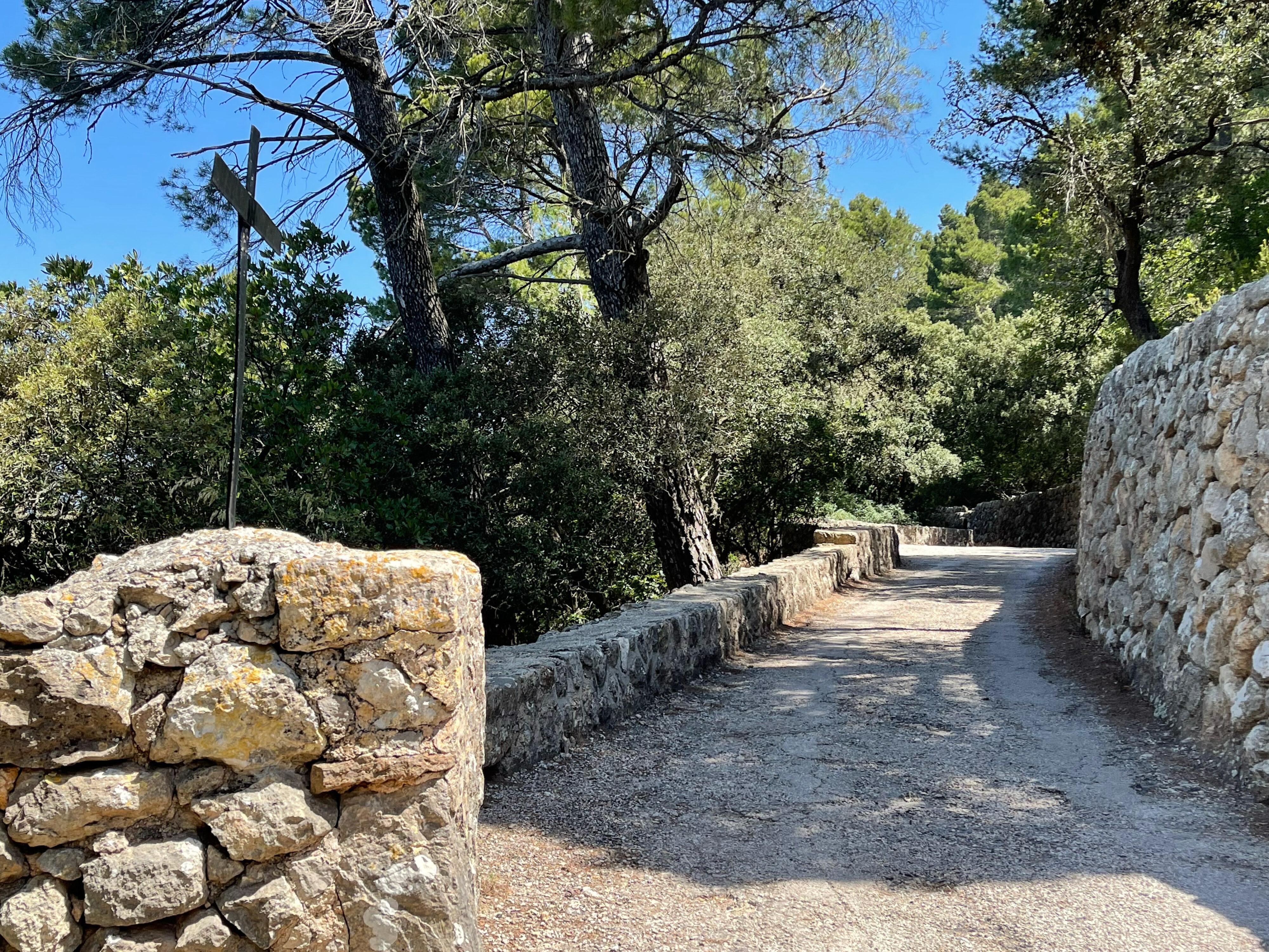 Kreuz auf der Mauer: Beginn des Terrains der Ermita Santissima Trinitat
