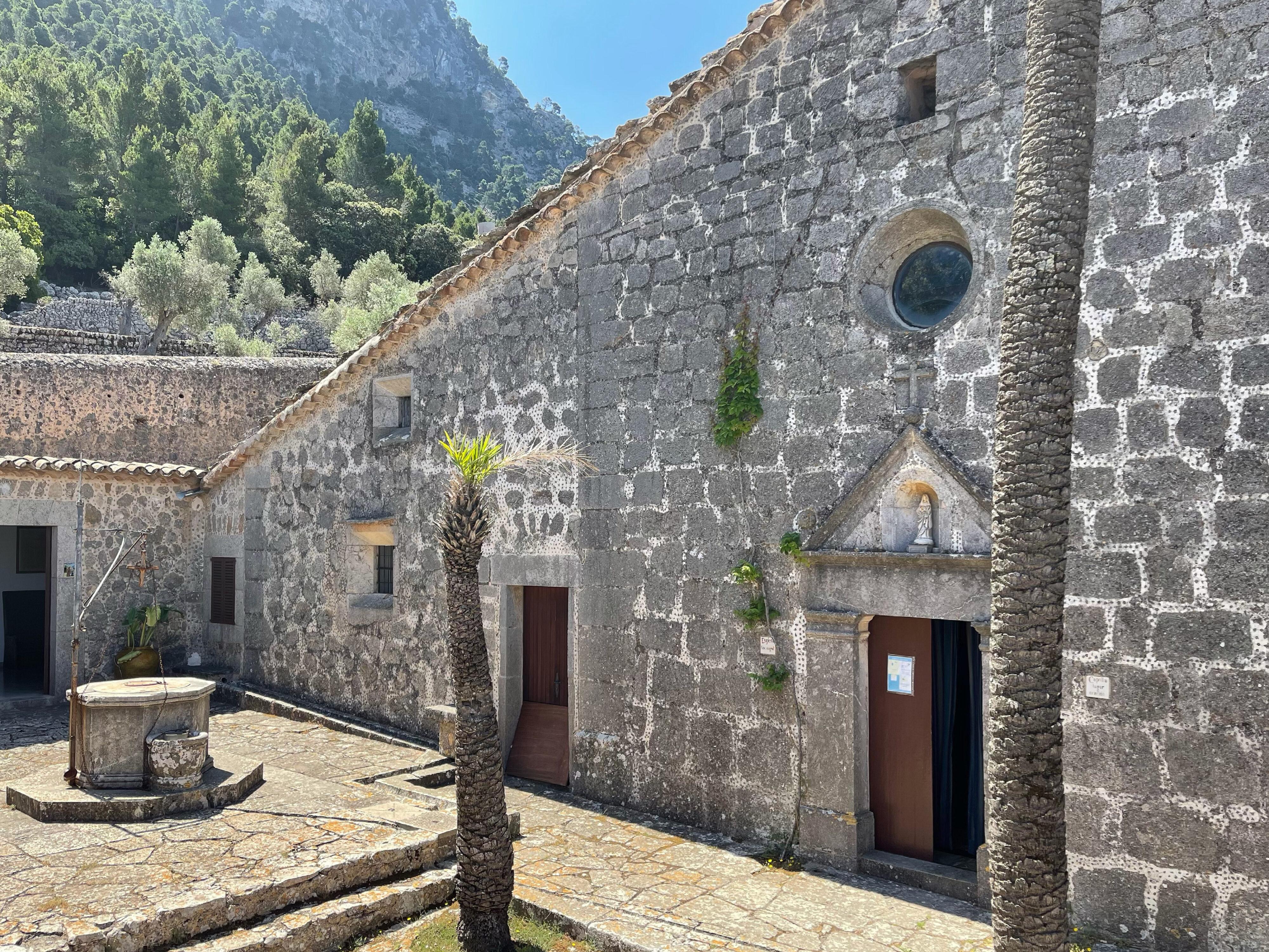 Innenhof der Ermita Santissima Trinitat – ein Ort der Stille auch ohne Einsiedler