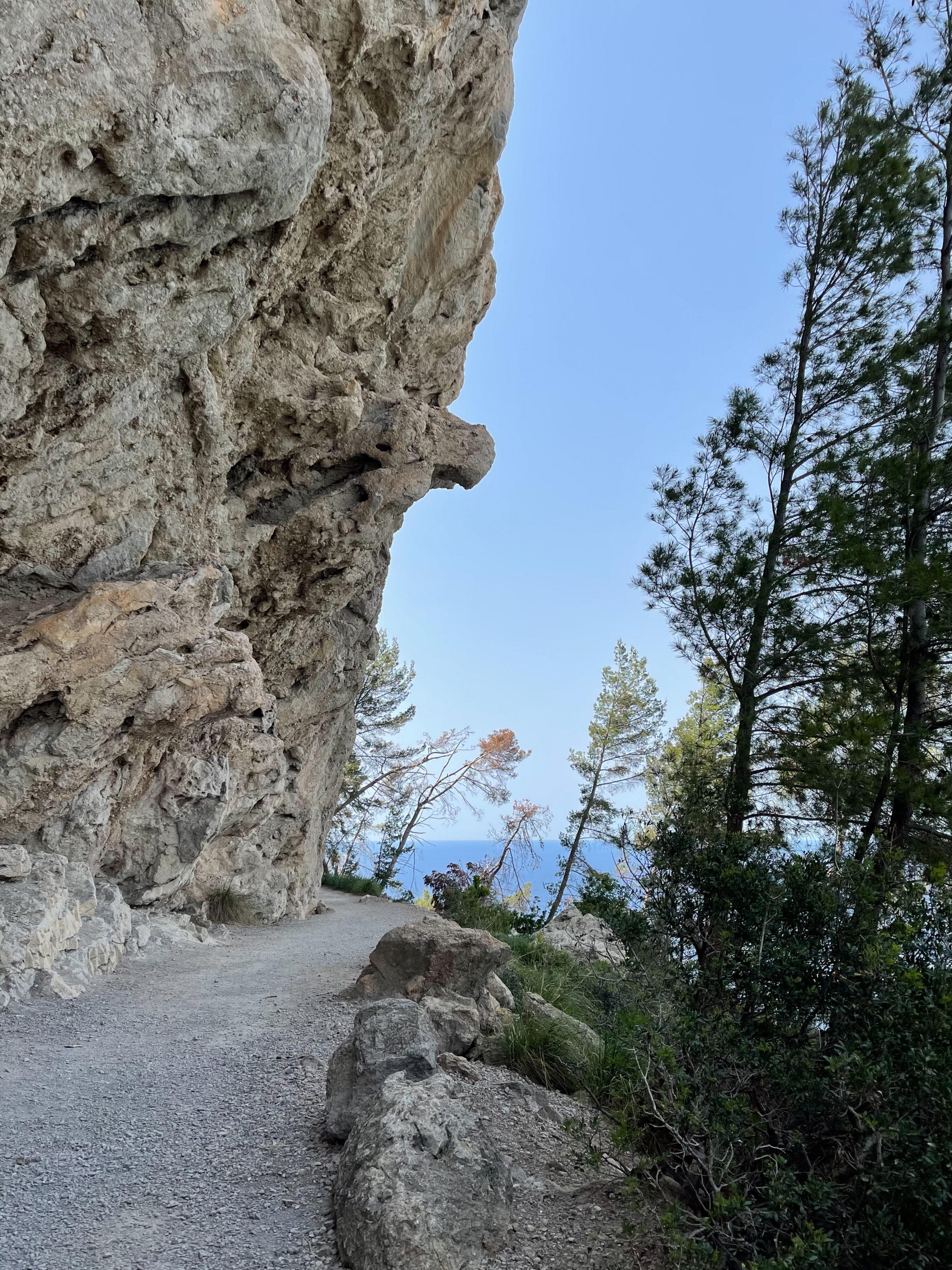 Felsenwand auf der Küstenwanderung bei Banyalbufar
