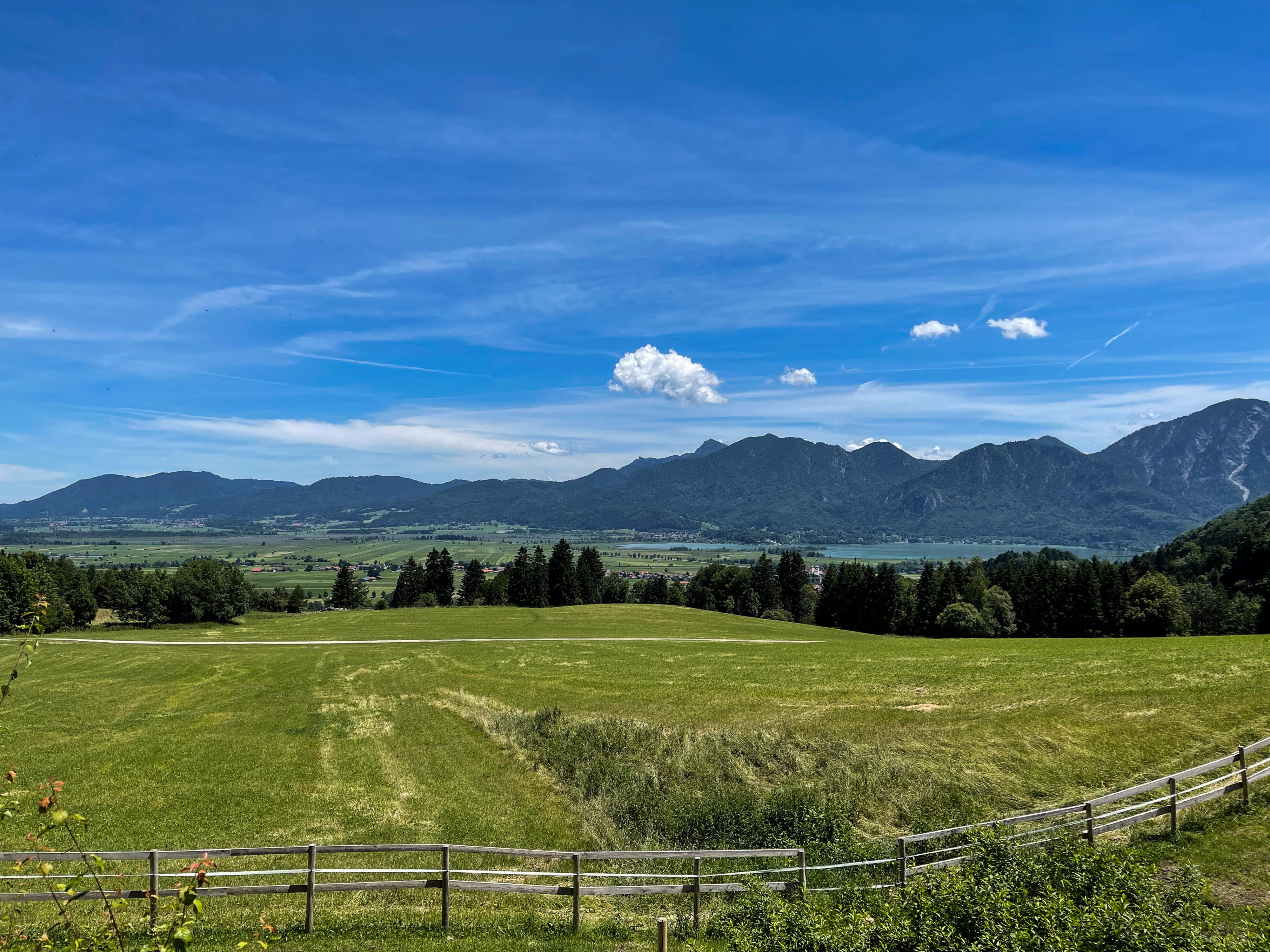 Wolkenleben undLandschaften beiKochel am See: Blick von der Kreut-Alm auf das Blaue Land