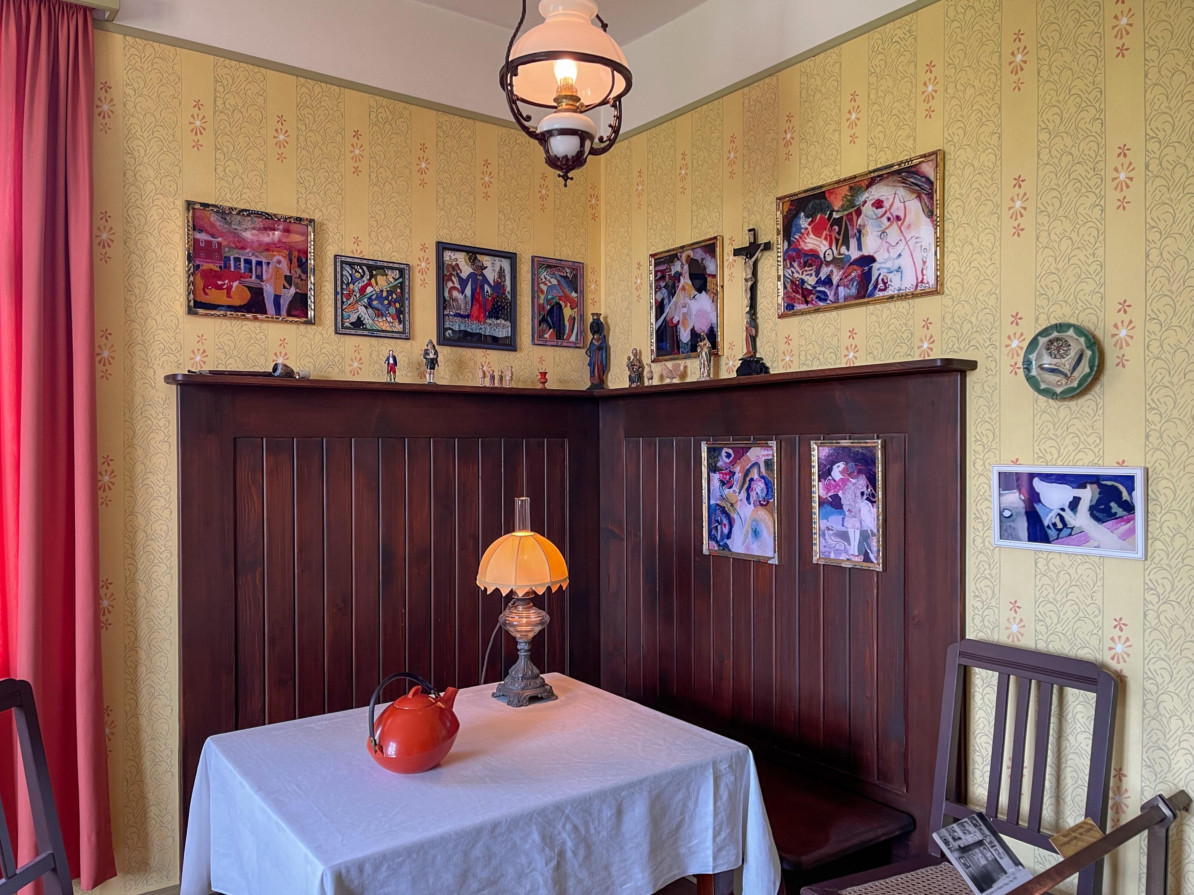 Münter-Haus in Murnau: Essecke mit Hinterglasmalereien Kandinskys